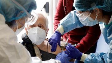 Dos sanitarias vacunan a una anciana en una residencia