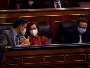 El presidente del Gobierno y la vicepresidenta conversan, con el vicepresidente Iglesias en su escaño.