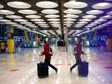 Una persona con mascarilla en el Aeropuerto de Barajas