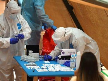 Personal sanitario realiza pruebas para detectar el coronavirus