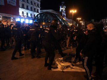 Antidisturbios intervienen en la manifestación en apoyo a Pablo Hasél en la Puerta del Sol