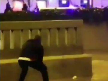 El momento en el que un joven impacta con un adoquín en la cabeza de un antidisturbios: buscan al agresor