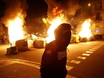 Una barricada arde en Barcelona en la cuarta noche de altercados por el encarcelamiento de Pablo Hasél