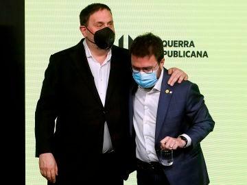 El candidato de ERC a la presidencia de la Generalitat, Pere Aragonès (d), acompañado por el presidente del partido, Oriol Junqueras