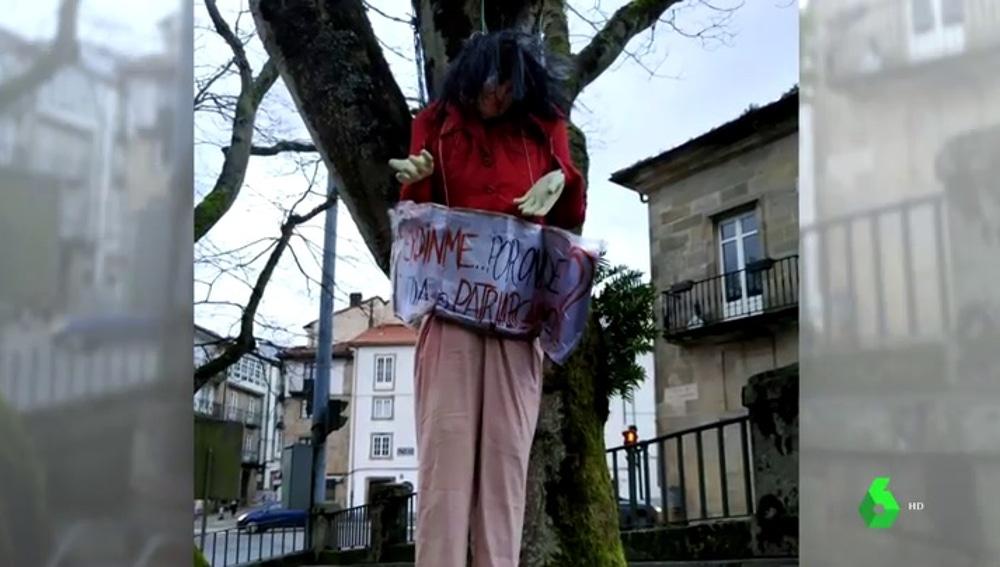 Muñeca ahorcada con la cara de Carmen Calvo