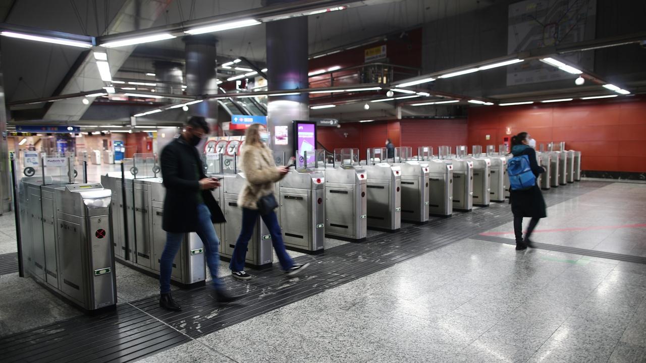 Viajeros con mascarilla en la estación de Sol, en Madrid