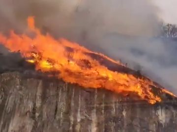 Un incendio fuera de control en Bera (Navarra) obliga a desalojar caseríos de Irún y alrededores