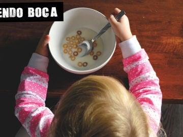 Imagen de menor desayunando