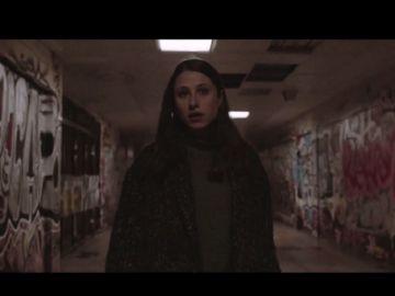 Imagen de una joven caminando sola por la calle