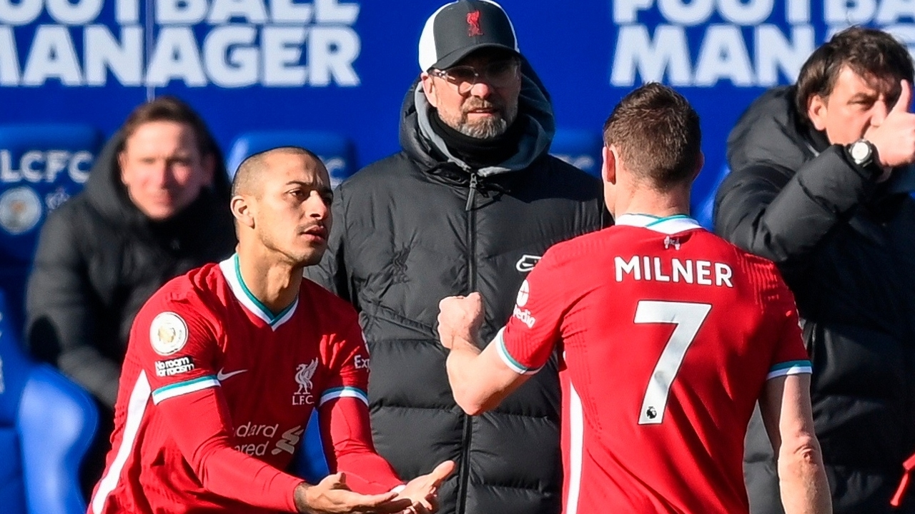 Thiago sale por Milner bajo la mirada de Klopp