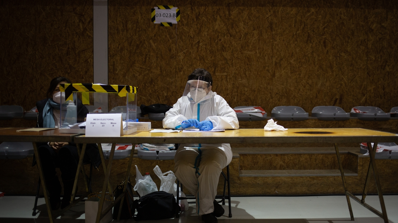 Una mujer con EPI en una mesa electoral de Barcelona el pasado 14F