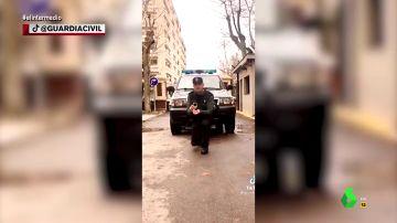 De una pedida de mano con esposas a un baile viral: los vídeos más surrealistas de la Guardia Civil en TikTok