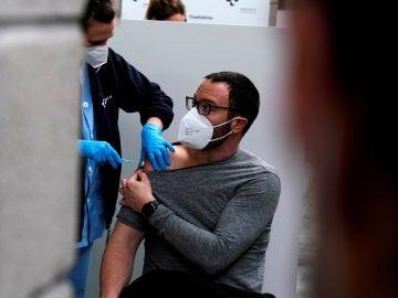 Un profesor recibe la vacuna contra el coronavirus