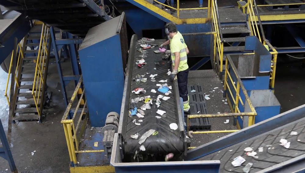 Contratos basura si trabajas con la basura: mal salario, malas condiciones, malos olores y riesgo a pincharse con agujas