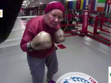 Imagen de una mujer que boxea para paliar los efectos del Parkinson