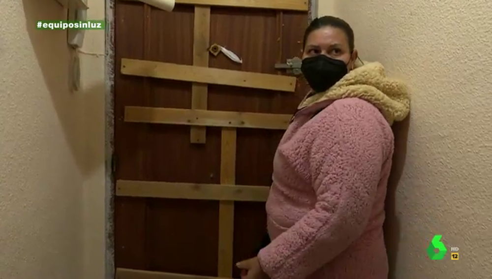 """El deplorable estado del piso de alquiler social en el que fue reubicada una residente de la Cañada Real: """"Sigo en la Cañada porque no me lo arreglan"""""""
