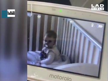 El divertido momento en el que una bebé se hace la dormida cuando su madre la 'pilla' tirando leche en su cama