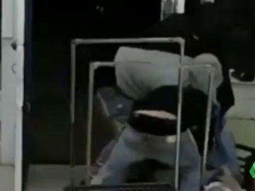 Imágenes de la brutal paliza a un hombre asiático en una lavandería de California para robarle