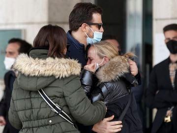 Los hermanos del cantante Alex Casademunt, Joan y Núria, durante su funeral