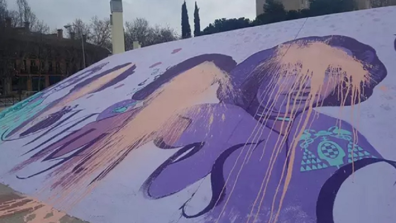 Imagen del mural feminista de Alcalá de Henares que ha amanecido vandalizado