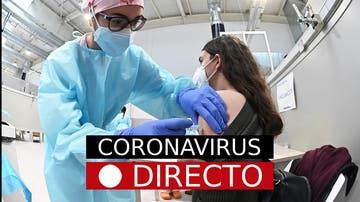 Una sanitaria pone una vacuna contra el coronavirus