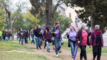 Un grupo de mujeres camina por el parque de Montjuic, Barcelona, en un acto del 8M.