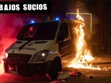 El furgón de la Guardia Urbana incendiado