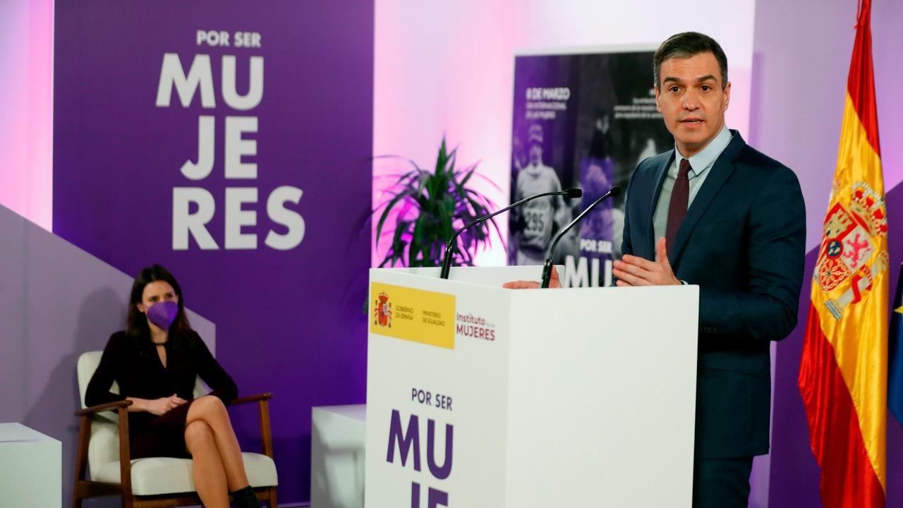 El presidente Pedro Sánchez, en el acto en el Ministerio de Igualdad junto a Irene Montero.