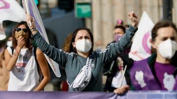Centenares de mujeres participan en una marcha por el Día Internacional de la Mujer este lunes en Santiago de Compostela