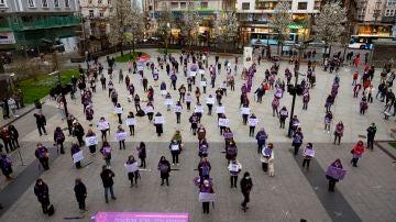 Decenas de personas se concentran este lunes en la plaza del ayuntamiento de Santander con motivo de la celebración del Día Internacional de la Mujer.