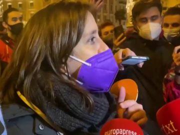Tensión entre un grupo de feministas y la Policía en la Plaza de Neptuno de Madrid tras la lectura de un manifiesto