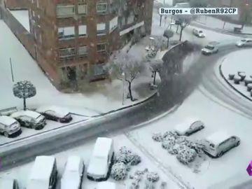 Una intensa nevada en Burgos provoca atascos en los accesos y complica la circulación de camiones