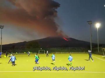 Las impactantes imágenes de niños entrenando frente al volcán Etna en plena erupción