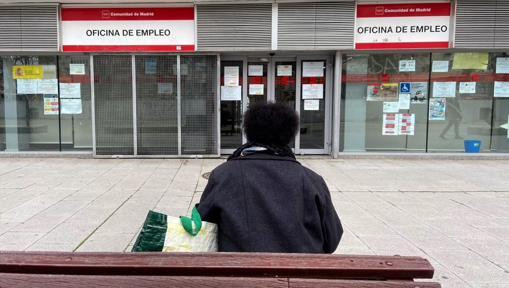 Una persona espera en las inmediaciones de una Oficina de Empleo ubicada en Alcorcón, Madrid