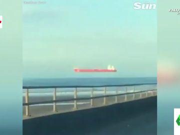 La respuesta científica a la misteriosa imagen de un barco que 'vuela' sobre el mar en Inglaterra
