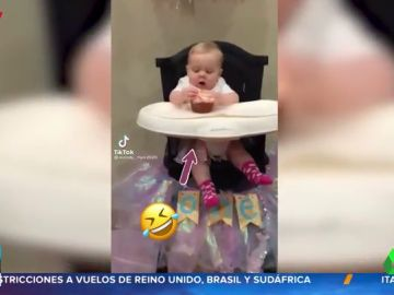 El sorprendente enfado de un bebé con sus padres cuando intentan quitarle un pastel