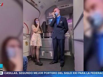 Un auxiliar de vuelo pide matrimonio a su novia en el aire