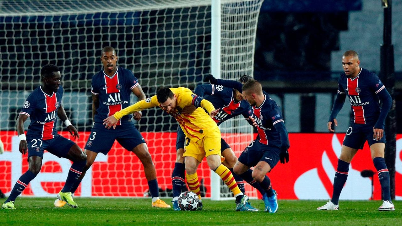 Leo Messi, rodeado de jugadores del PSG