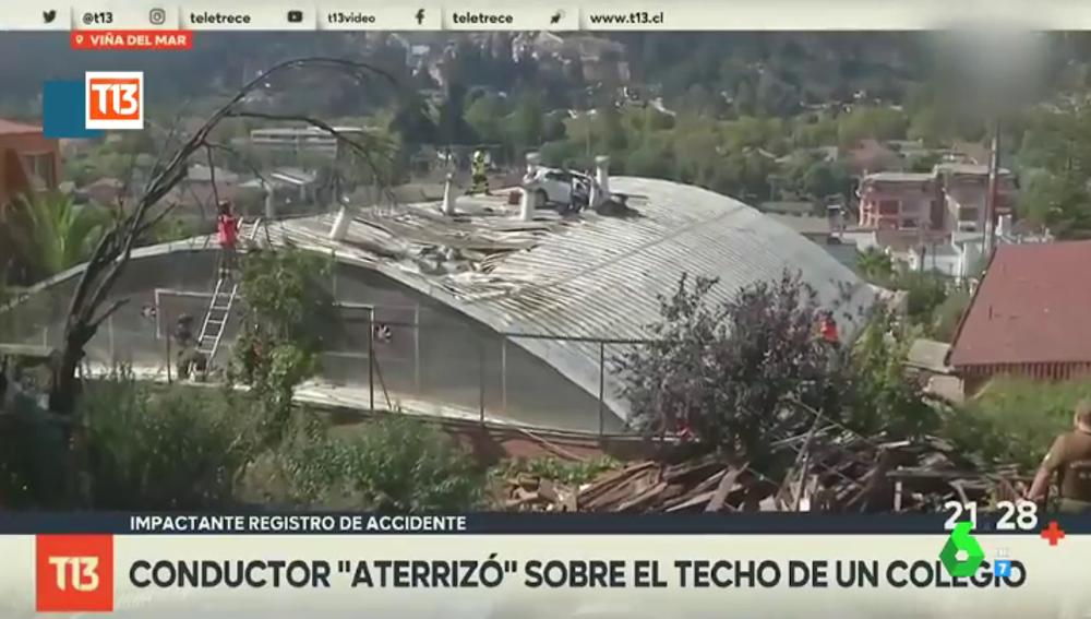 El insólito accidente de un coche 'volador': el conductor aterriza sobre el tejado de un colegio