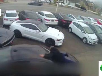 Las imágenes de un robo de película en un concesionario: el vendedor salta por encima del capó para evitarlo