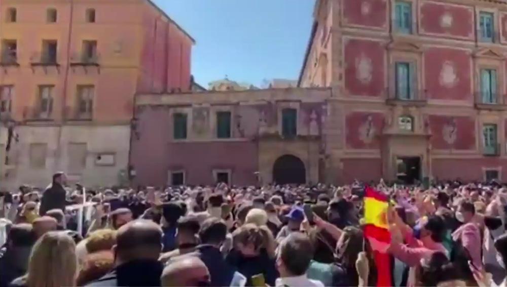 Centenares de personas se agolpan para asistir a un mitin de Santiago Abascal en Murcia
