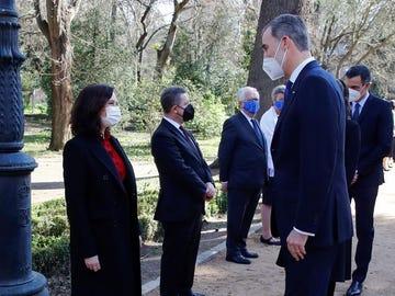 El rey Felipe VI saluda a la presidenta de la Comunidad de Madrid, Isabel Díaz Ayuso.