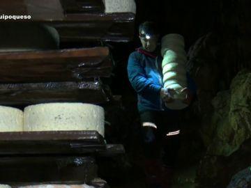 El secreto de una quesería artesanal asturiana: una cueva natural donde sus quesos crean el hongo que las industrias no son capaces de imitar