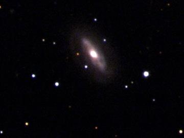 Imagen de la galaxia J0437+2456, donde los científicos consideran que existe un aguejro negro supermasivo