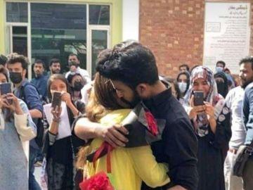 El abrazo entre dos estudiantes en la Universidad de Lahore
