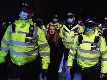 Imagen de agentes llevándose detenida a una joven que participaba en la vigila por el asesinato de Sarah Everard