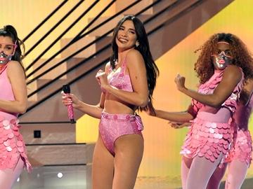 Una fotografía de la actuación de Dua Lipa en los Premios Grammy 2021