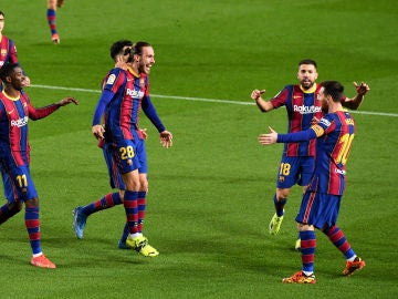 Los jugadores del Barça celebran el primer tanto de Messi frente al Huesca
