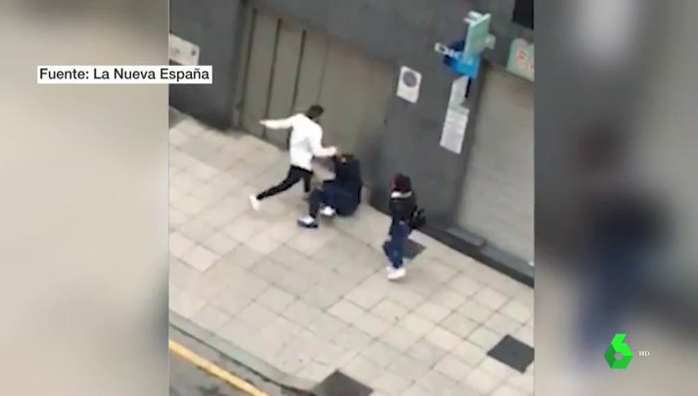 Un maltratador agrede brutalmente a un hombre al pensar que estaba llamando a la Policía
