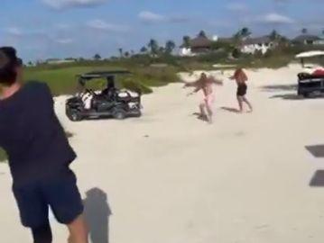 La divertida imagen de Brady y Beckham jugando al fútbol americano en la playa